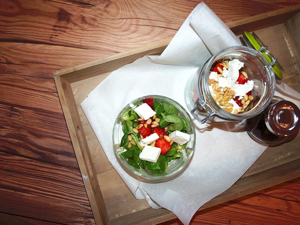 Salat mit Erdbeeren, Ziegenkäse und Ahornsirup