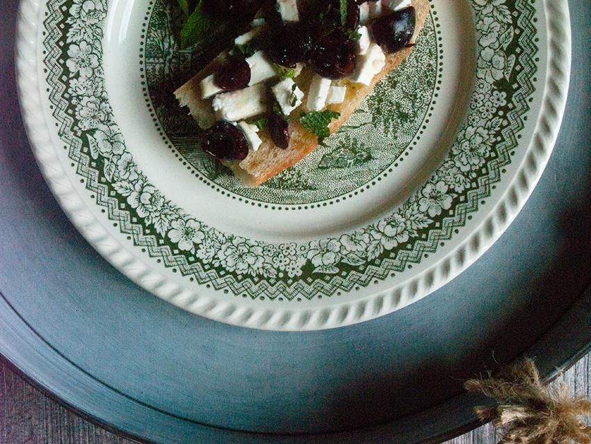 Baguette mit Ziegenkäse und Kirschen